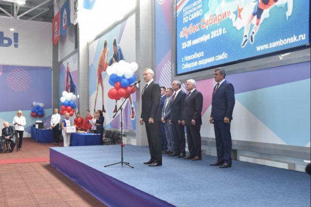 Андрей Травников поздравил ребят с открытием центра