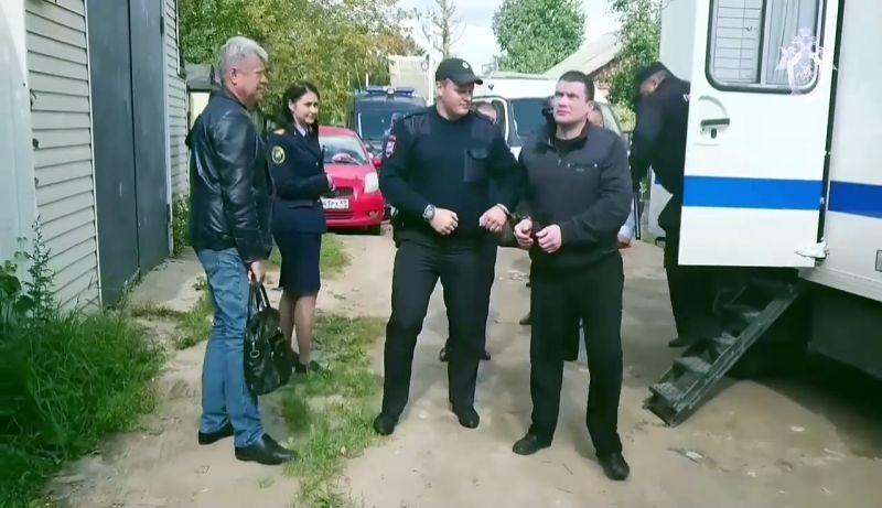 По данным следователей, Михаила Круга застрелил член банды «Тверские волки» Дмитрий Веселов. Он и еще один член банды Александр Агеев (на фото справа), который отбывает пожизненный срок за ряд заказных убийств, в тот вечер проникли в дом певца, чтобы украсть ценности и антиквариат.
