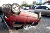 В Тюмени на улице Харьковской автомобиль Daewoo Matiz перевернулся на крышу