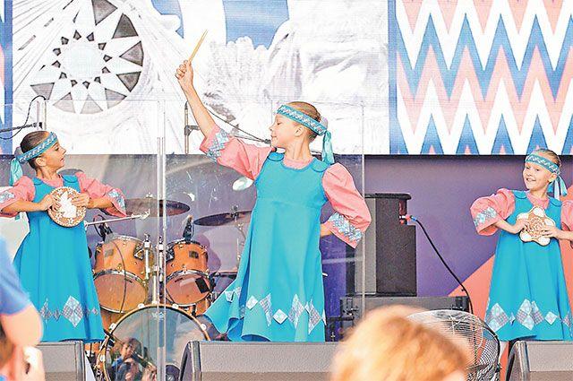 Концерт на свежем воздухе на ул. Профсоюзной, д. 25, посетило немало жителей Черёмушек.