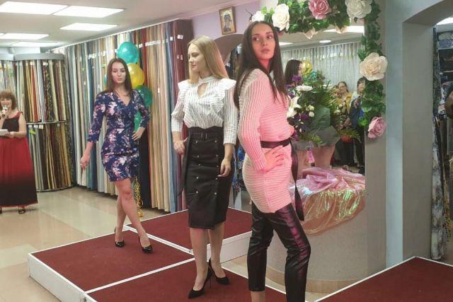 На осеннем показе девушки демонстрировали элегантные наряды