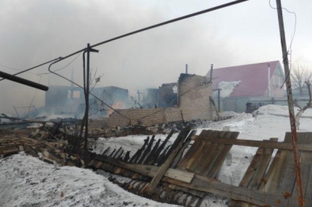 В Сакмарском районе по вине одного из жителей сгорел 6-квартирный дом.