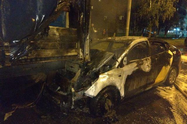 В Ижевске такси врезалось в грузовик и загорелось