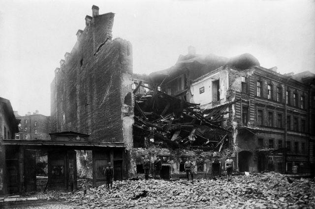 Разрушенное взрывом здание Московского комитета РКП(б) в Леонтьевском переулке в результате террористического акта, совершенного группой анархистов с целью уничтожения руководства комитета большевиков. 25 сентября 1919 года.