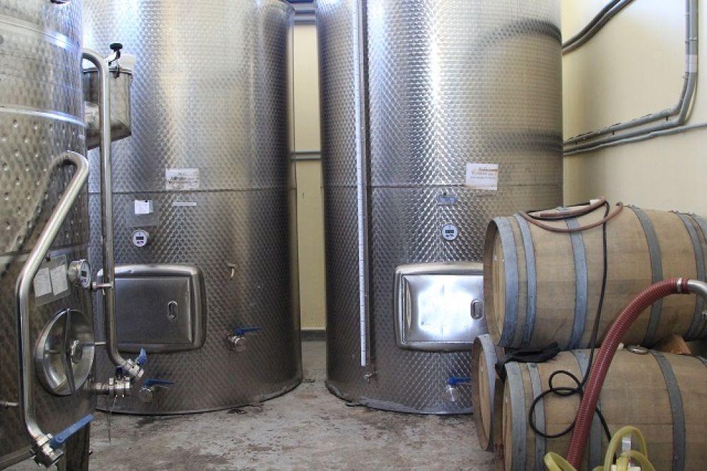 В цеху происходит настой и брожение. Обработанный виноград выдерживается минимум 9 месяцев в погребе.