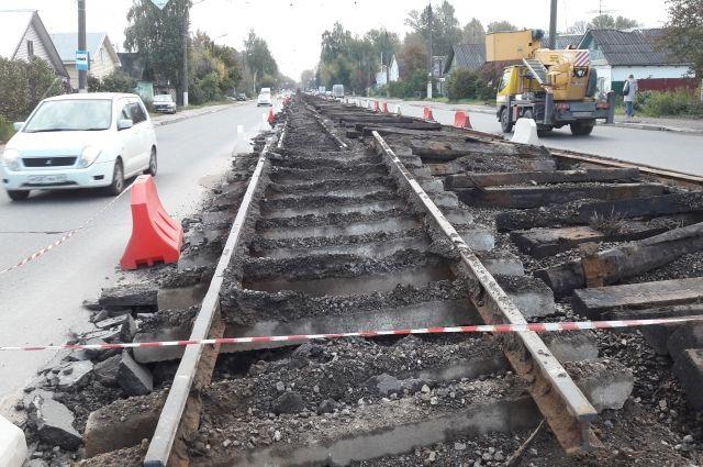 На улице Туполева пока сделано 60% работ. Вместо трамвайных рельсов здесь скоро будет качественный асфальт.