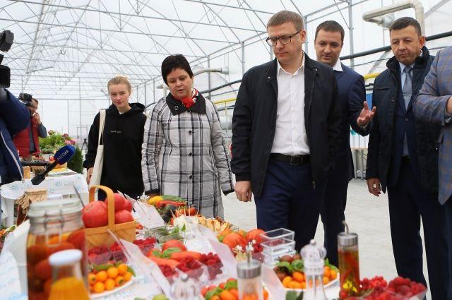 В Красноармейском районе Алексея Текслера угостили овощами, ягодами и даже вареньем.