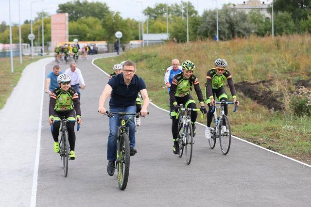 Протяжённость велодорожки с современым покрытием превышает 3 км. Глава региона сам оценил её качество.