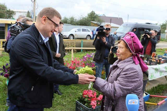 Садоводы угостили Алексея Текслера не только южноуральским виноградом.