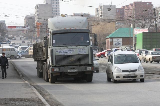 Большегрузные автомобили нередко портят дорожные покрытия.