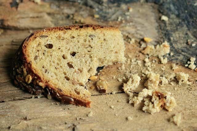 По словам горожан, хлеб внутри сырой и пахнет кислым.
