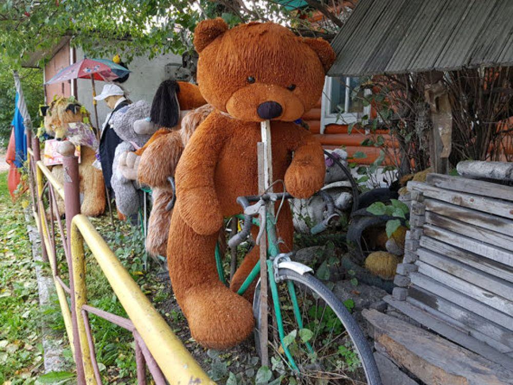 А вот огромный плюшевый медведь выбрал для передвижения велосипед.