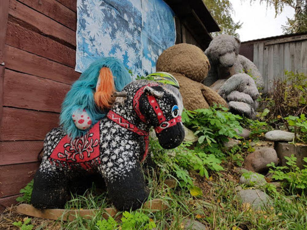 А сторожит их голубой потрепанный щенок, для лучшего обзора взгромоздившийся на грустную лошадь.
