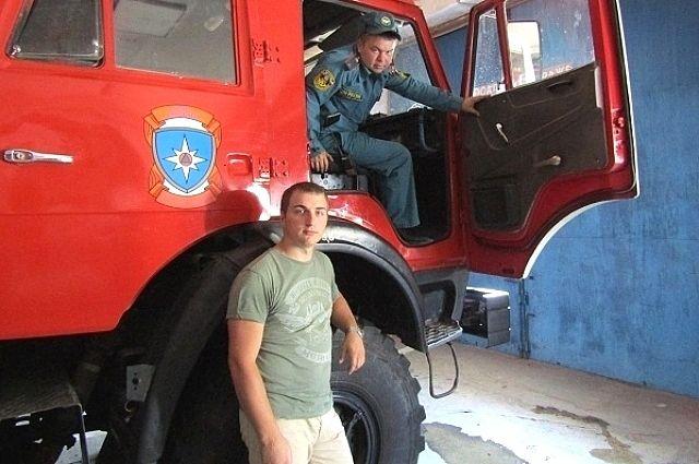 Добровольцы Денис Журавлёв (в кабине) и Владимир Авданин прибыли в пожарную часть батайска.