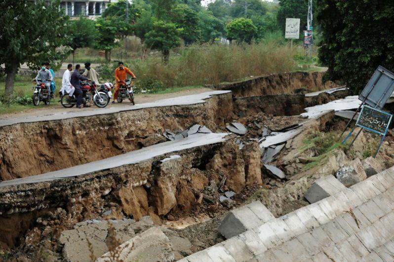 Дорога, поврежденная во результате землетрясения.