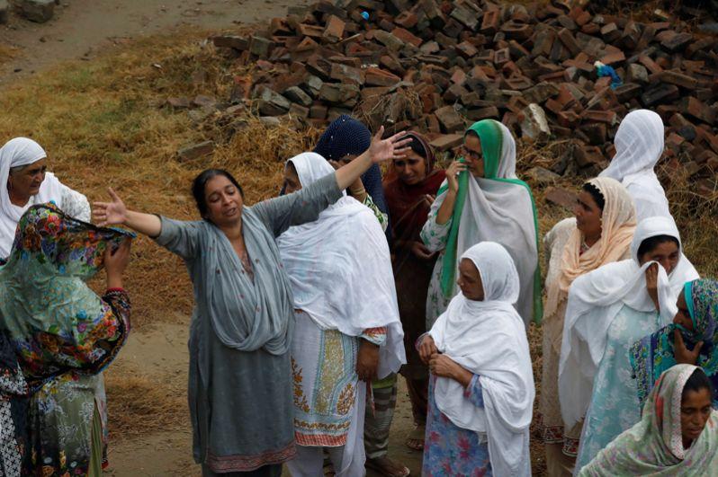 Мать двухлетнего мальчика, также погибшего во время землетрясения.