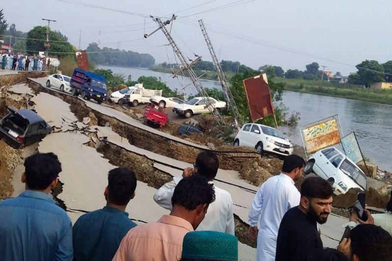 Дорога, поврежденная во результате землетрясения, в Джатлане, район Мирпур.