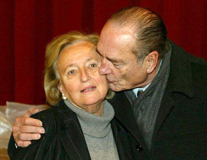 Жак Ширак целует свою супругу Бернадетт после ее победы в качестве кандидата в первом туре местных выборов во Франции, 2004 год.