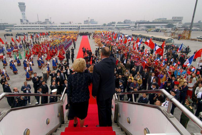 Президент Франции Жак Ширак и его жена Бернадетт в аэропорту Чэнду в первый день своего официального визита в Китай, 2004 год.