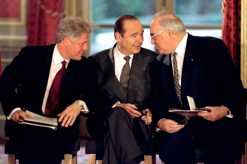 Президент США Билл Клинтон, президент Франции Жак Ширак и канцлер Германии Гельмут Коль на подписании Дейтонского мирного соглашения в Елисейском дворце в Париже, 14 декабря 1995 года.