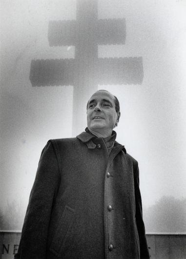 Жак Ширак посещает могилу бывшего президента Франции Шарля де Голля в Коломбэ-ле-Дёз-Эглиз, 1985 год.