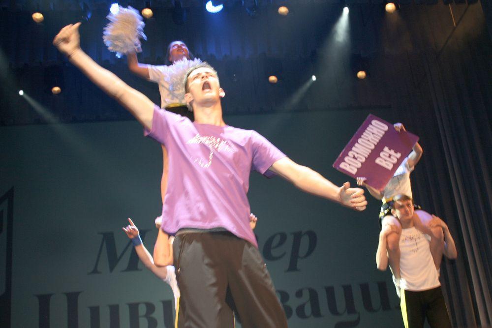 «Парень-огонь» Алексей Мурзин выступал вместе с командой чирлидеров.