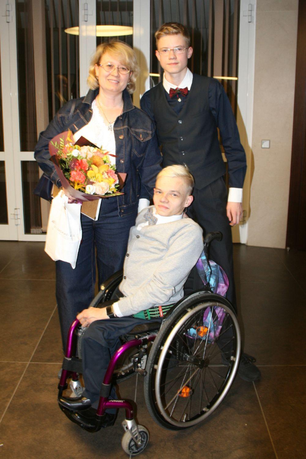 За актера инклюзивной театральной студии Никиту Устьянцева болели мама и брат.