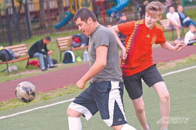 Жители Ломоносовского района могут заниматься спортом рядом с домом.