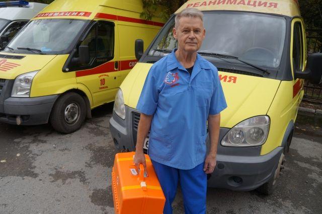 Игорь Мальцев, рискуя жизнью, спустился вниз и оперативно надел на мужчину маску с кислородом
