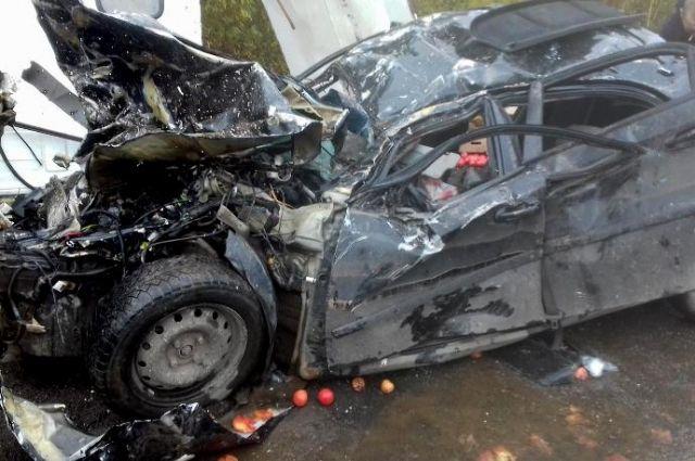 От удара фургон выехал на полосу встречного направление, где лоб в лоб столкнулся с Chevrolet.