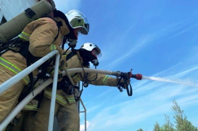 Красноселькупские пожарные эвакуировали детей из пылающей двухэтажки