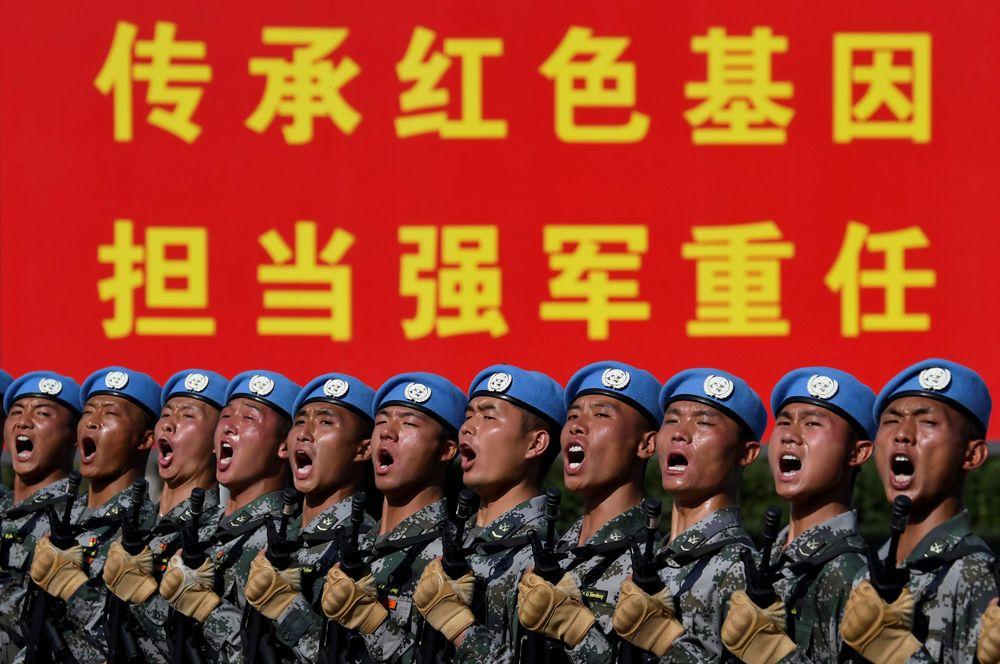 Китайские военнослужащие репетируют выступление на военном параде в честь 70-й годовщины основания КНР в Пекине.