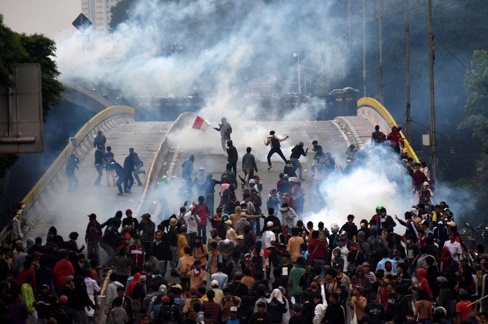 Столкновение студентов с полицией во время акции протеста в Джакарте, Индонезия.