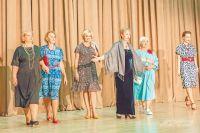 12 «модельеров» из всех районов округа представили зрителям своё видение моды для тех, кому за 55 лет.