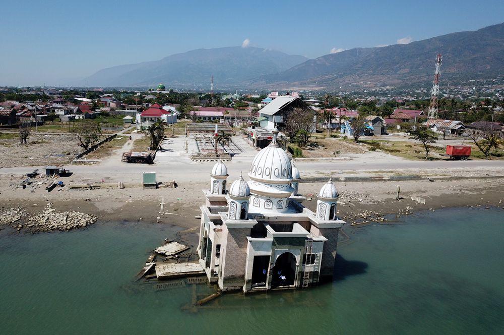 Вид с воздуха на опустошенный регион острова Сулавеси через год после разрушительного землетрясения и цунами, произошедших там в сентябре 2018 года, Индонезия.