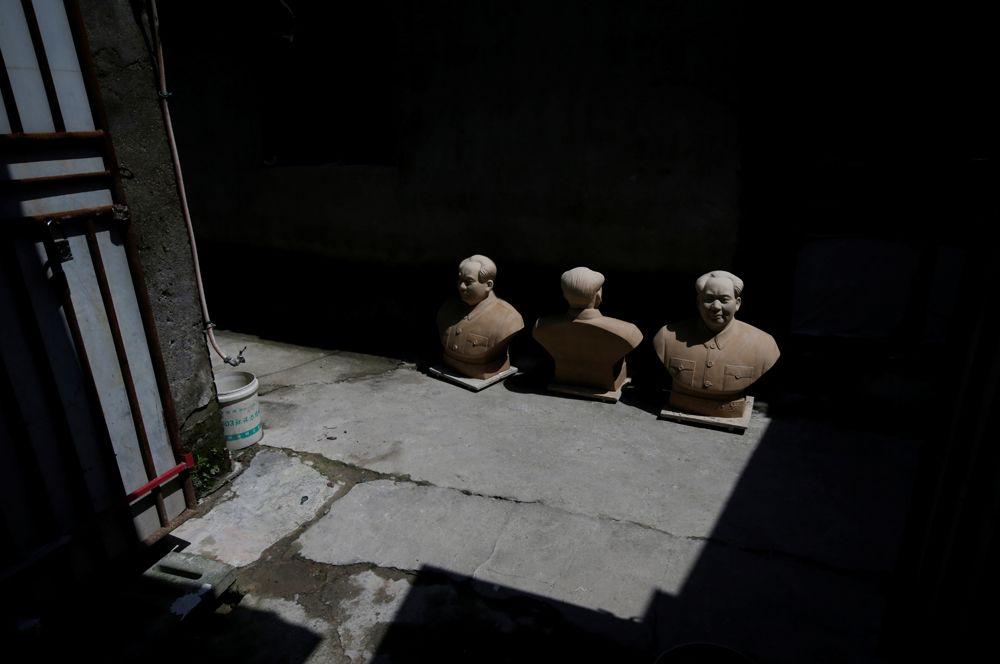 Бюсты Мао Цзэдуна сохнут на солнце возле студии в Цзиндэчжэне, Китай.