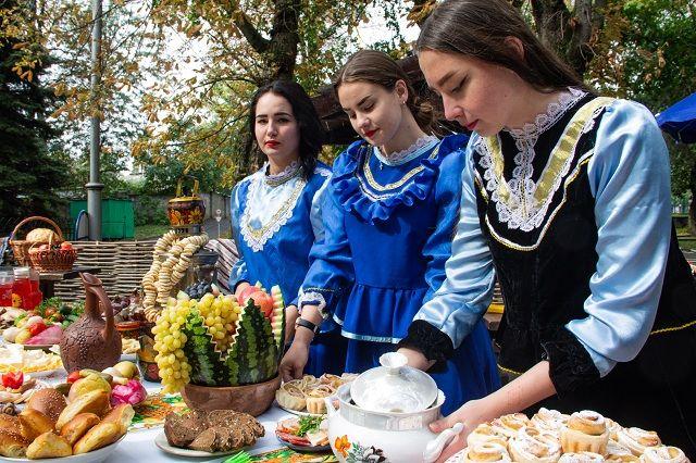 Казаки встречали гостей хлебом-солью и традиционными угощениями.