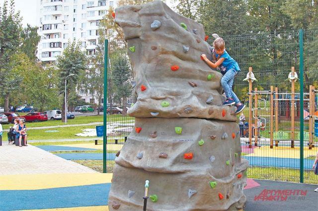 Новую площадку на улице Ремизова, д.14, уже облюбовали и дети, и взрослые.