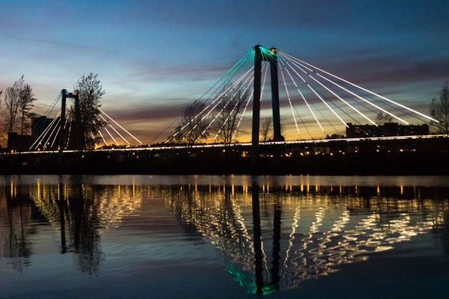 Вантовый мост особенно красив, когда спускаются сумерки и включается подсветка