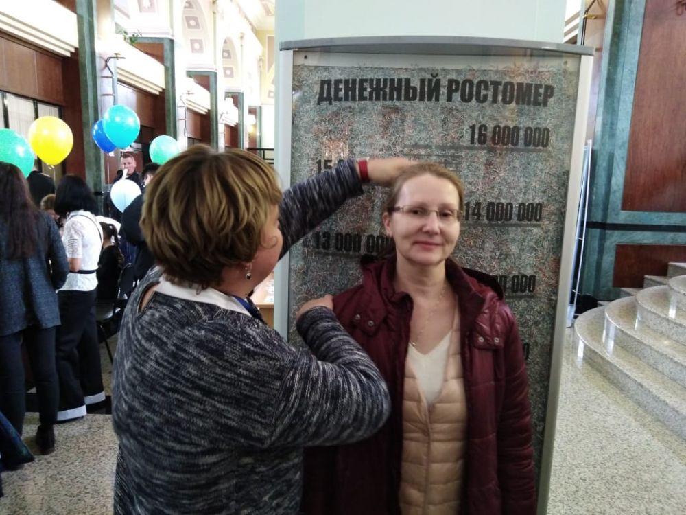 Казанцы узнали свой рост в рублях, благодаря денежному ростомеру, заполненному 16 млн измельченных ветхих рублей...