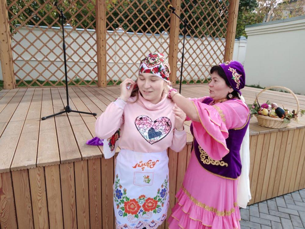 Гости примерили татарский национальный костюм...
