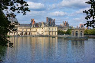 Франция, Фонтенбло. Знаменитый замок у пруда с карпами.