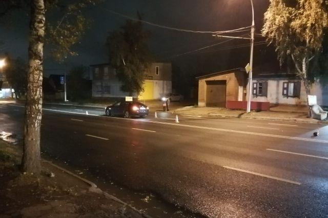 Вне зоны пешеходного перехода водитель наехал на двух пешеходов.