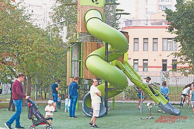 Зачастую на детских площадках больше взрослых, чем малышей.