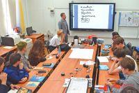 Преподаватель IT-класса начинает урок с теории, используя электронную доску МЭШ.