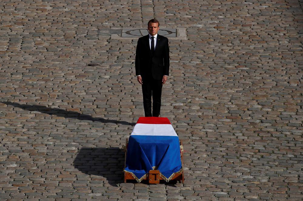 Эммануэль Макрон воздает почести бывшему президенту Жаку Шираку в Доме инвалидов.
