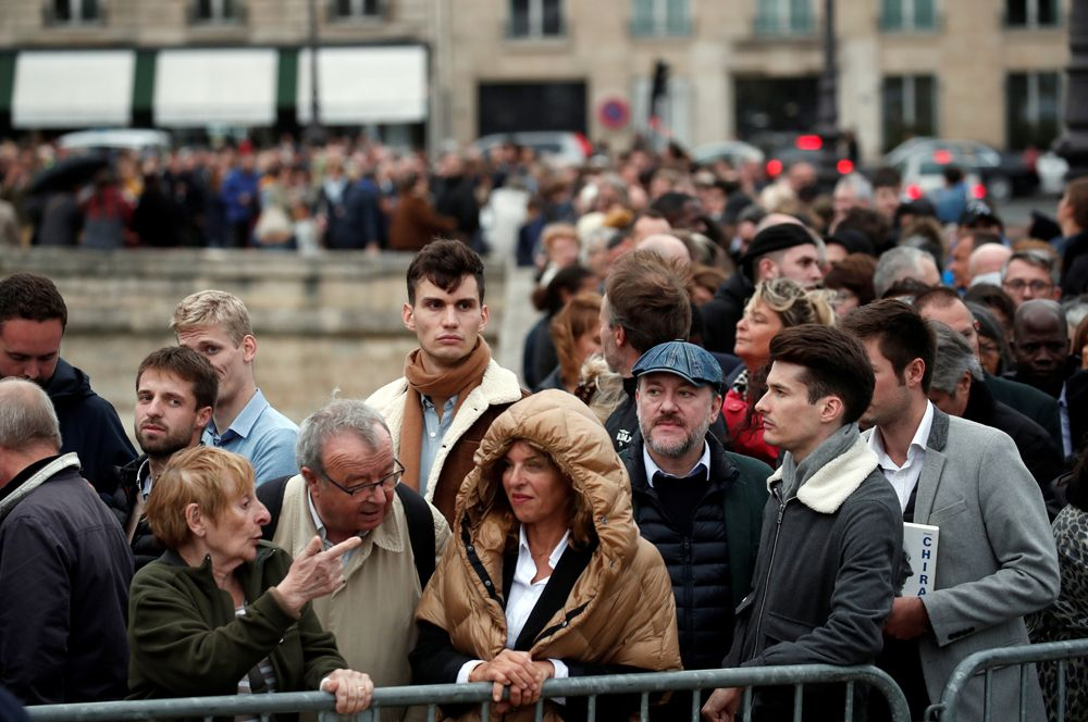 Люди, пришедшие проститься с Жаком Шираком, на траурной церемонии в Доме инвалидов.