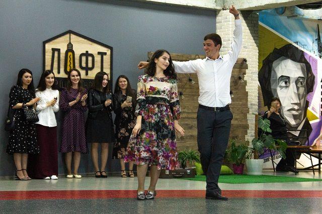 Во время танца юноша демонстрирует ловкость и удаль, девушка - скромность и грацию