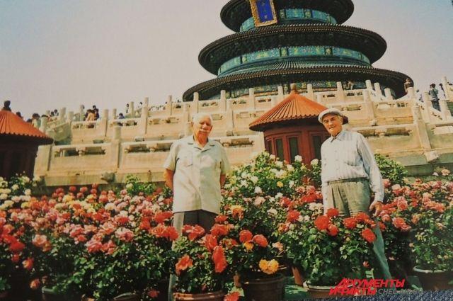 Андрей Пимонович со своим другом Степаном Никаноровичем в Китае.
