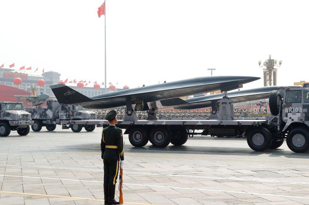 Сверхзвуковой разведывательный беспилотный летательный аппарат WZ-8 на военном параде в честь 70-летия КНР.